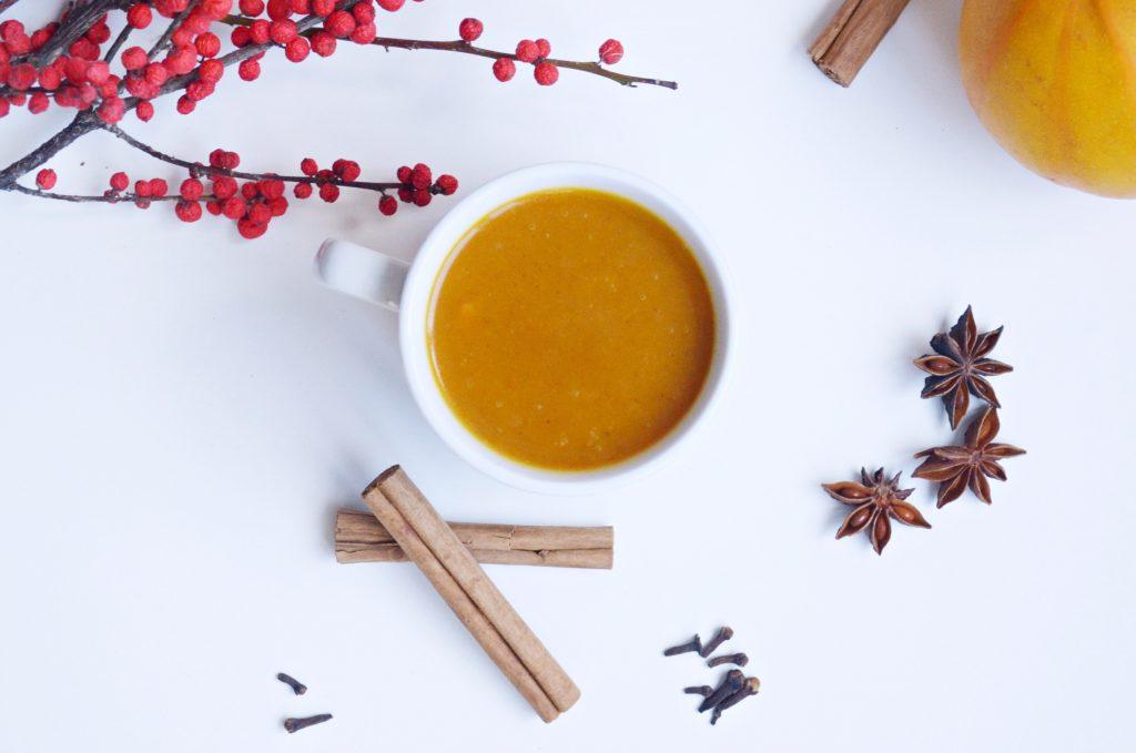Recette d'un pumpkin chai spice latte végétalien